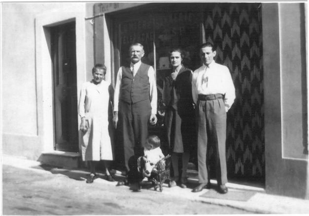 jean-gioan%2c-son-epouse-devant-la-devanture-du-premier-magasin-1930